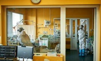 Covid-19 pacienti slimnīcās nonāk smagākā formā un jaunāki, bažījas RAKUS