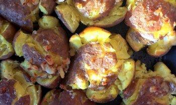 Vārīti cepti kartupeļi ar ķiploku sviestu