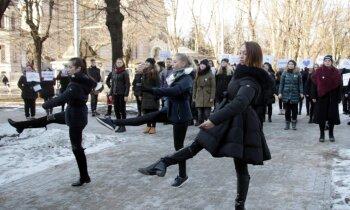 Video: Ar dejām pie valdības mājas studenti protestē pret RPIVA likvidēšanu