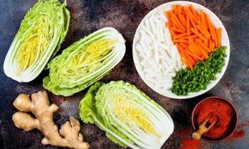 Ziemas salātu karalis – Ķīnas kāposts: 12 receptes kārai nokraukšķināšanai