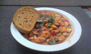 Vienkāršā un fantastiski gardā mīdiju zupa ar tomātiem