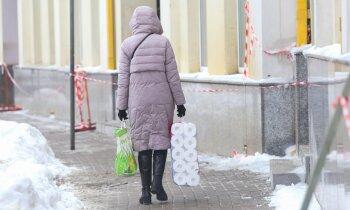 Pirmdienas pēcaizliegumu rindas veikalos – ko cilvēki visvairāk pirkuši