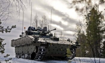 Briti Zviedrijas spelgonī pārbaudījuši Latvijas iepirkto CVRT aizstājējus 'Ajax'