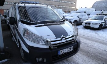 Divus uzņēmuma pārstāvjus lūdz apsūdzēt par krāpšanu, piegādājot policijai līgumam neatbilstošas automašīnas