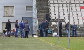 Video: 'Skonto' stadionā ieradušies parādu piedzinēji; oponenti dusmīgi