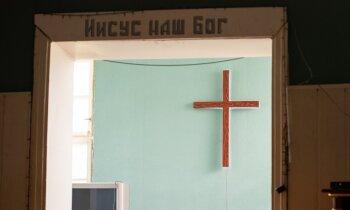 Cīņā ar atkarību bez telefona un tuviniekiem – aculiecinieks par dzīvi komūnā ar dievvārdiem