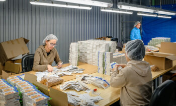 Foto: Ekskursija fabrikā, kas Latvijā vienīgā ražo medicīniskos plāksterus