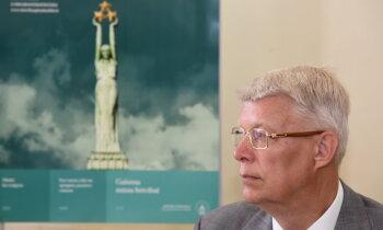 Косит Затлерс траву. Экс-президент счастлив и горд за Латвию в коронавирусный период