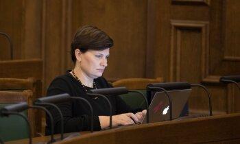Savējie balsta, opozīcija nesaudzē – Viņķele iztur dienu garu 'pēršanu' Saeimā