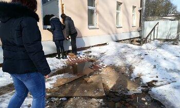 Reidā ar būvvaldi: Dokumentu nebūšanas un 12 tūkstošus vērts dzīvoklis 'smilšu' namā