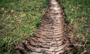 Zemes īpašnieki nesaņem tiesas pavēstes; zaudē daļu aramzemes un meža