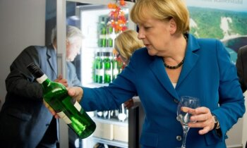 'Vācijas Mārgarete Tečere': Merkele pārliecinoši triumfē Bundestāga vēlēšanās