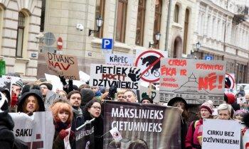 Foto: Dzīvnieku aizstāvju un cirka atbalstītāju protests pie Saeimas