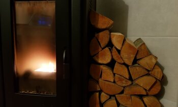 Kā izveidot dekoratīvu malkas krāvumu pie kamīna