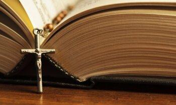 'Delfi' skaidro: Kāpēc no baznīcas amatiem atceltais Zeiļa joprojām ir priesteris