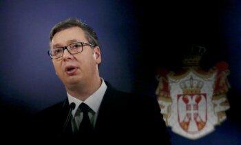 Uzbrukumi opozīcijai un bailes par autoritārismu: kādēļ Serbijā protestē pret prezidentu Vučiču