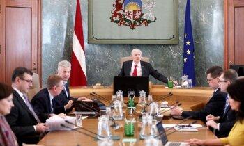 Valdība apstiprina 'Covid-19' krīzes likumu ar atbalsta risinājumiem uzņēmumiem; valsts apmaksās dīkstāves pabalstus (plkst.17)