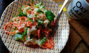 Fiksie biezpiena salāti ar Korejas burkāniem, seleriju kātiem un krabju nūjiņām