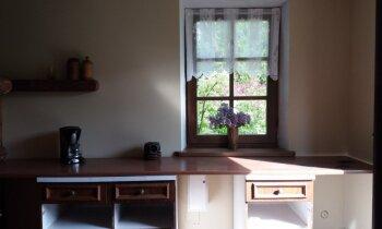 Vecā siena šķūņa pārvērtības: omulīgs namiņš Ogres novadā