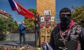 Demontēto Koņeva pieminekli Prāgā apmeklē 'Putina baikeri'; kāds uzstāda klozetpodu