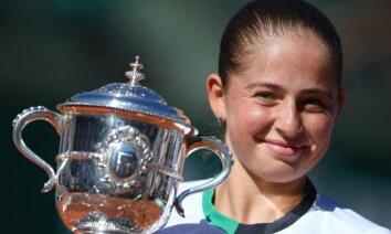 Ostapenko uzzina pretinieces WTA sezonas noslēguma turnīrā
