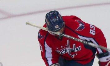 Video: 'Capitals' hokejistam ķiverē iesprūst nūja