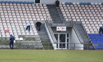 Foto: 'Skonto' stadionā demontē krēslus un lampas