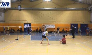 Video: Latvijas badmintoniste sēdus apspēlē pretinieci