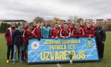 Foto: U-18 futbolisti aizraujošajās cīņās sadala Latvijas čempionāta godalgas