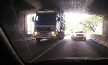 Foto: Zem Akmens tilta iesprūst kravas auto