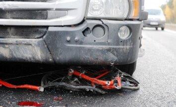 Rīgā automašīna notriec riteņbraucēju un aizbēg no notikuma vietas