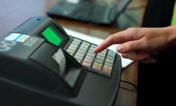 Arvien vairāk uzņēmēju 'sagroza' kases aparātus, secina VID