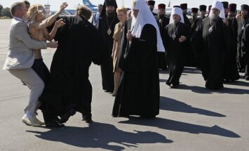 'Femen' aktīvistei par uzbrukumu Krievijas patriarham – 15 diennakšu arests