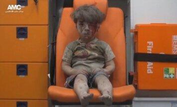 Sīrijā uzlidojumā izdzīvojuša zēna video aizkustina cilvēkus visā pasaulē