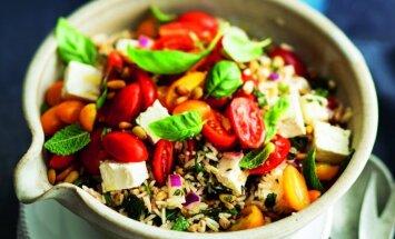 Grūbu un rīsu salāti ar dārzeņiem un fetas sieru