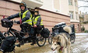 Atraktīvs poļu pāris un milzu suns cauri Baltijas valstīm ar riteni dodas uz Lapzemi