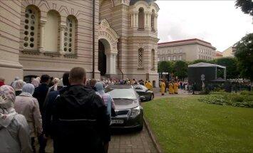 'Gumball 3000' baznīcas zvanu skaņu fonā: vareno autosacīkstes no Rīgas pareizticīgo skatpunka