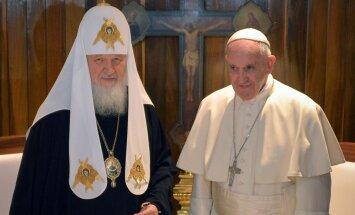 Foto: Kubā tiekas pāvests Francisks un patriarhs Kirils