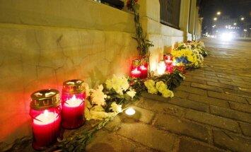 Foto: Ziedi un sveces pie Krievijas vēstniecības Ņemcova piemiņai