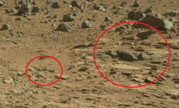 NASA fotogrāfijā no Marsa saskatīts krusts un tempļa drupas