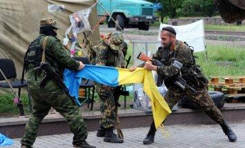 Foto: Ieroči plosa Ukrainu - karavīri un separātisti valsts austrumos