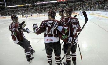 'Ak Bars' hokejisti pēc izcīnītās uzvaras slavē Rīgas 'Dinamo' komandu