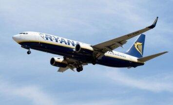 'Ryanair' samazina nododamās bagāžas cenu; lielā rokas bagāža iekāpjot būs jānodod