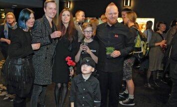 Foto: Latvijas kinoļaudis nosvin filmas 'Atbrīvošanas diena' pirmizrādi