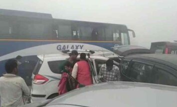 Video: Bieza smoga dēļ uz ātrgaitas šosejas Indijā avarē 24 auto