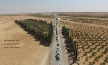 """Опубликованы снимки конвоя ИГ, покидающего Манбидж под прикрытием """"живого щита"""""""