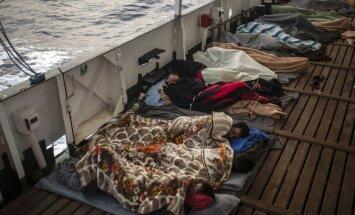 Itālija un Malta atsakās uzņemt kuģi ar 450 migrantiem
