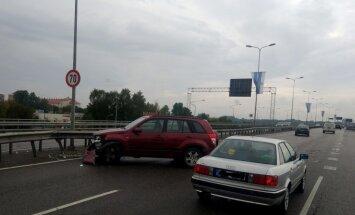 Foto: Auto uz Dienvidu tilta ietriecies apmalē