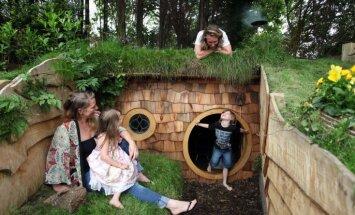 Foto: Mīlošs tētis bērniem uzbūvē sapņu mājiņu kā hobitiem