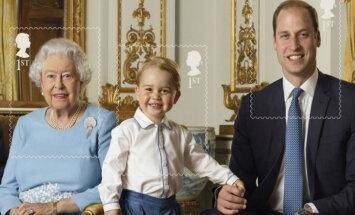 Foto: Mazais britu princis Džordžs iemūžināts savai pirmajai pastmarkai